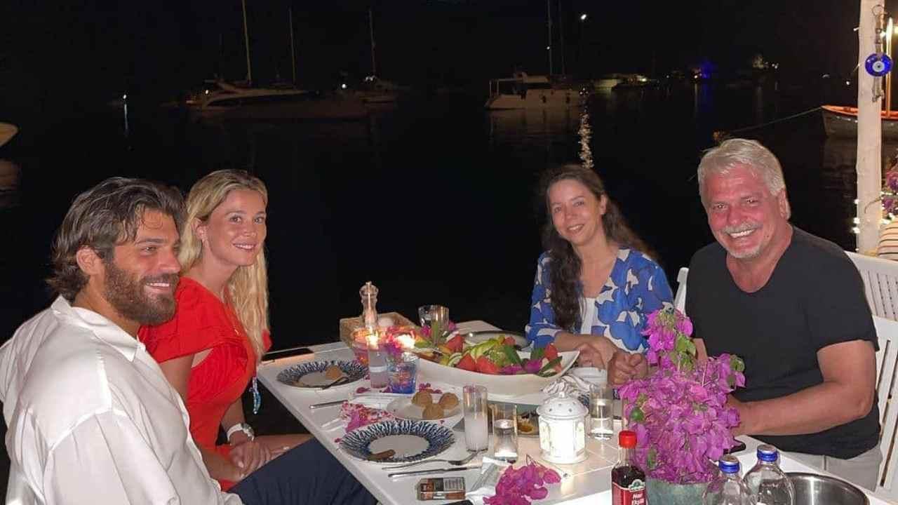 L'attore turco Can Yaman con la conduttrice di DAZN Diletta Leotta e la famiglia di lui (foto Instagram).