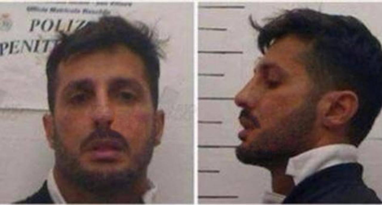 L'ex fotografo dei Vip Fabrizio Corona mostra le foto che gli sono state scattate all'arrivo in carcere (foto Instagram).
