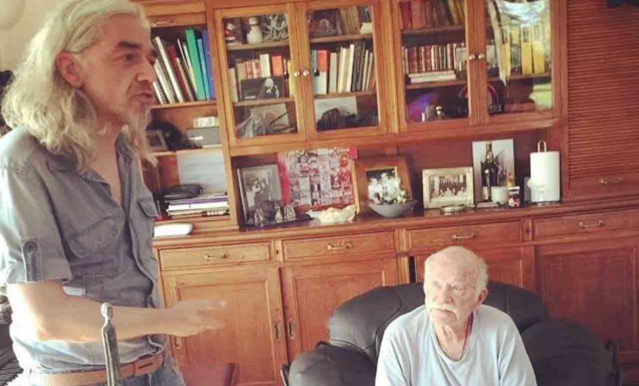 Il cantautore Gino Paoli mentre parla a casa sua con Morgan (foto Instagram).