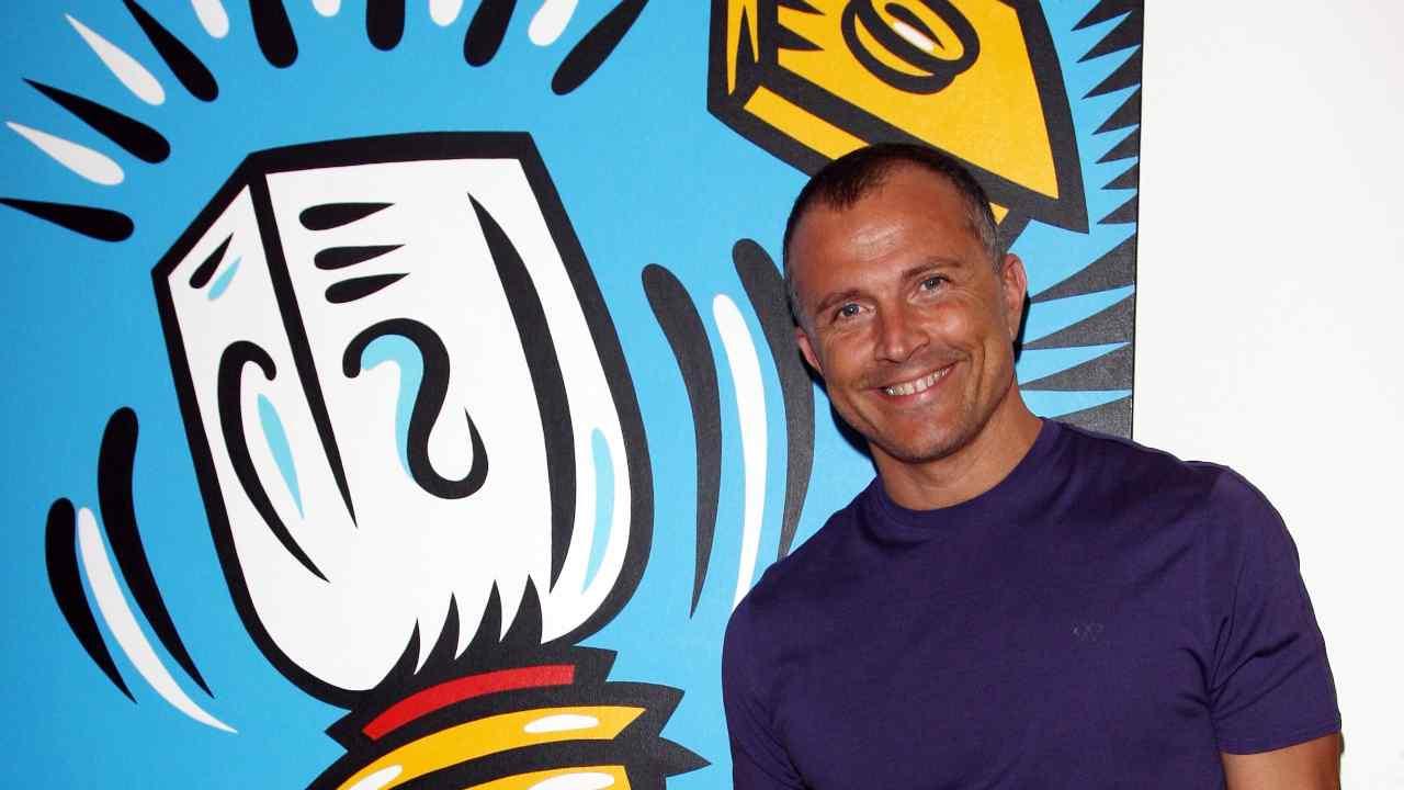 Il presentatore Giorgio Mastrota in una galleria d'arte a Milano (foto di Vittorio Zunino Celotto/Getty Images).