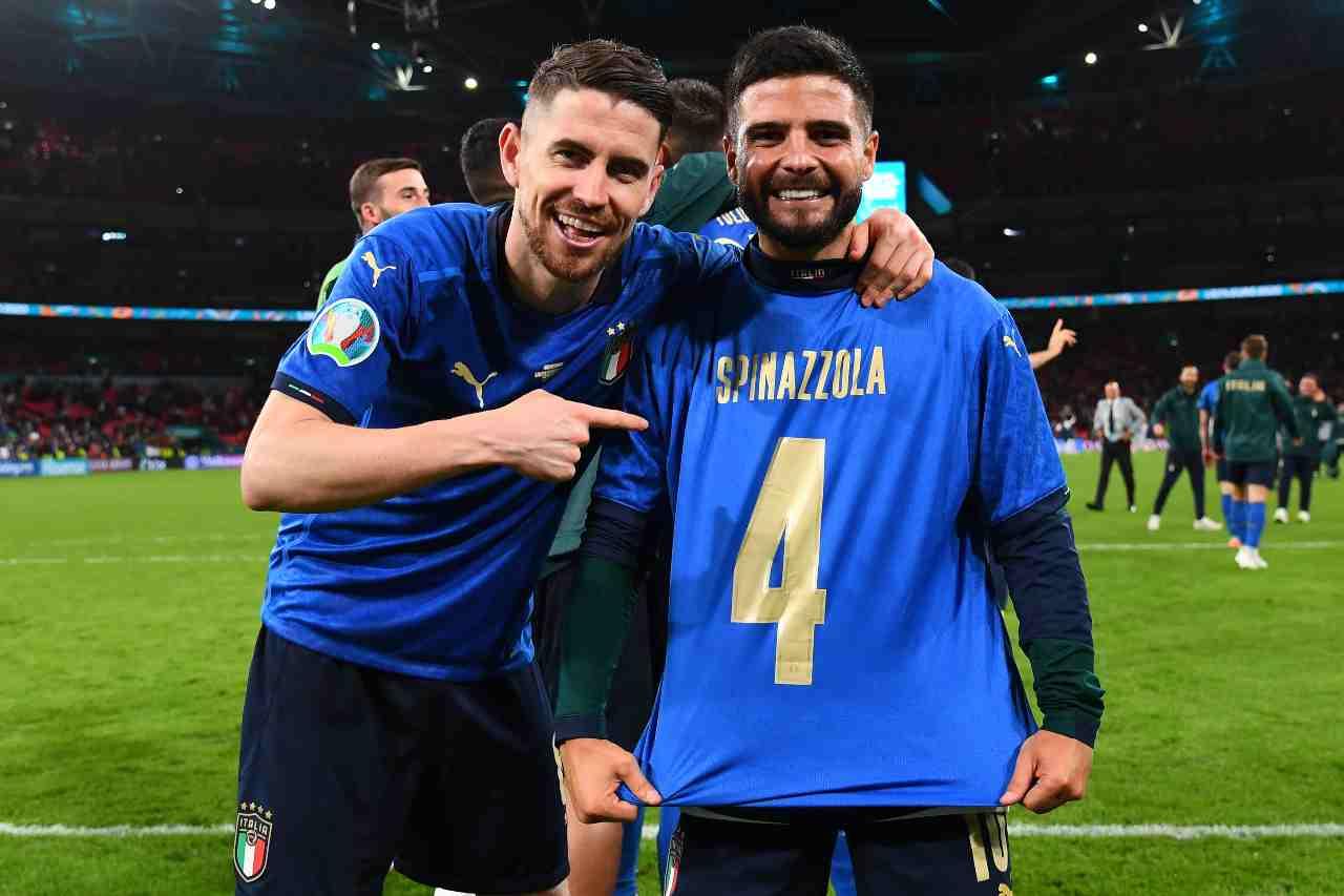 Jorginho e Insigne dedicano la vittoria ai rigori dell'Italia sulla Spagna a Spinazzola. Euro 2020, 6 luglio 2021 (foto di Claudio Villa/Getty Images).