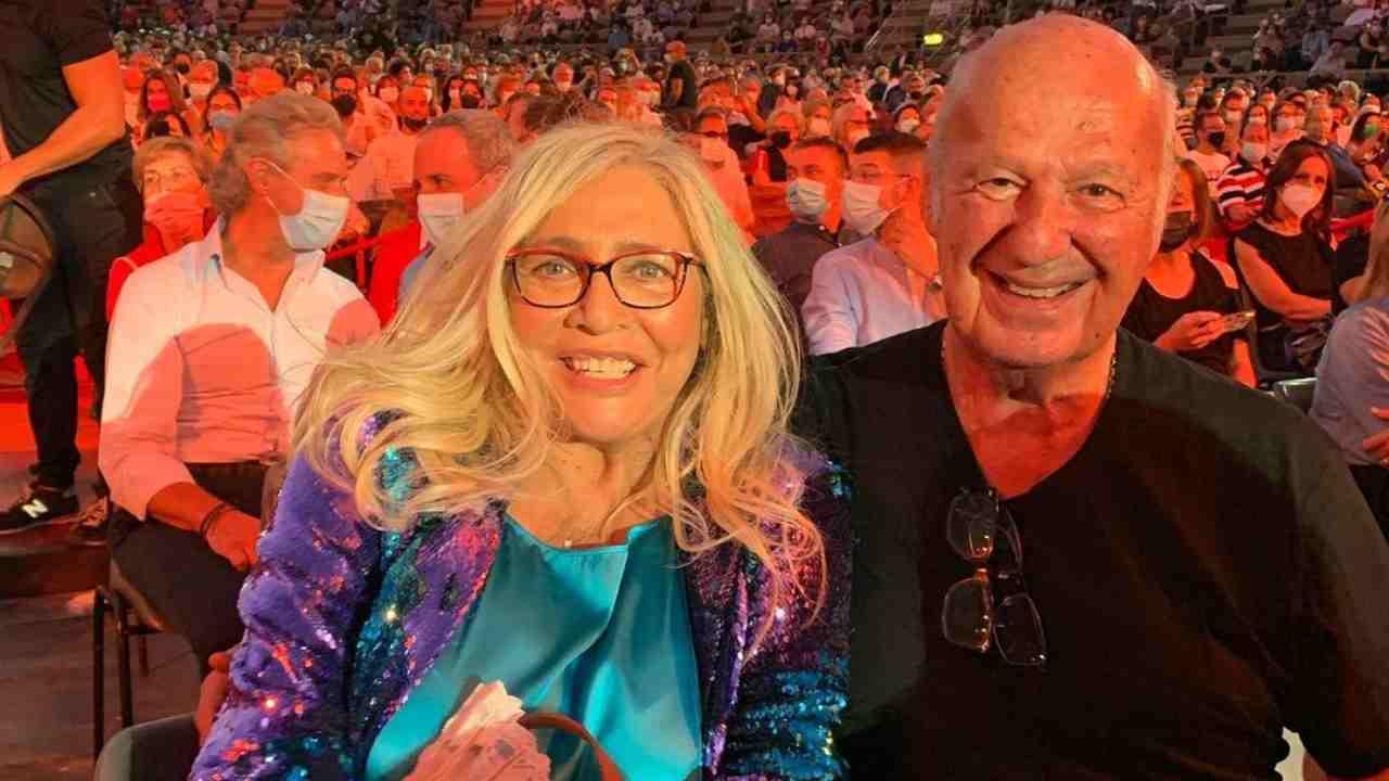La conduttrice Mara Venier con il marito Nicola Carraro mentre festeggiano il compleanno di Jerry Cala (foto Instagram).