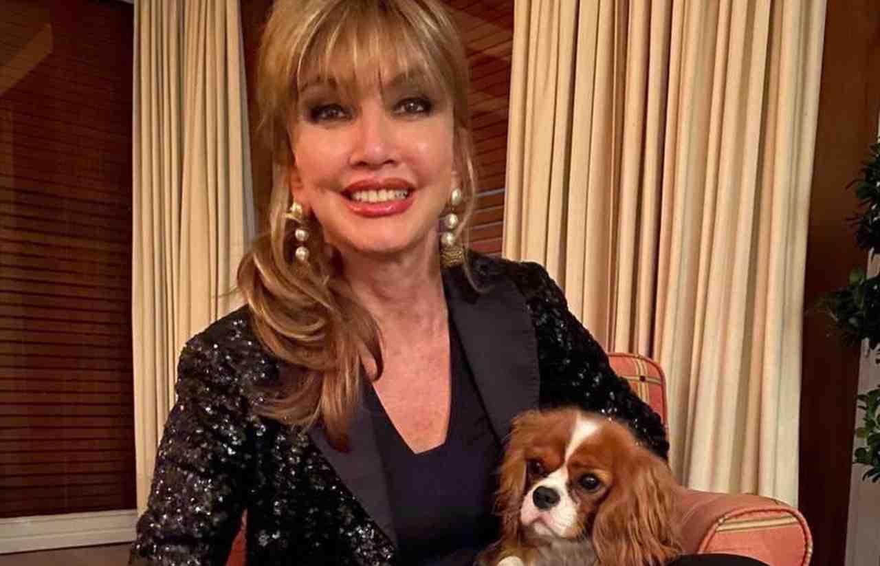 La conduttrice Milly Carlucci con uno dei suoi adorati cani (foto Instagram).