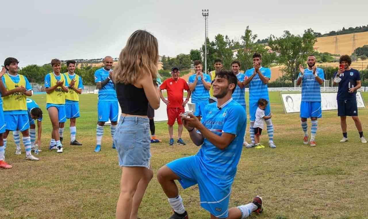 ASD Pineto, la squadra del calciatore Matteo Serra: Ciarcelluti fa la proposta di matrimonio alla fidanzata a fine partita (foto Instagram).