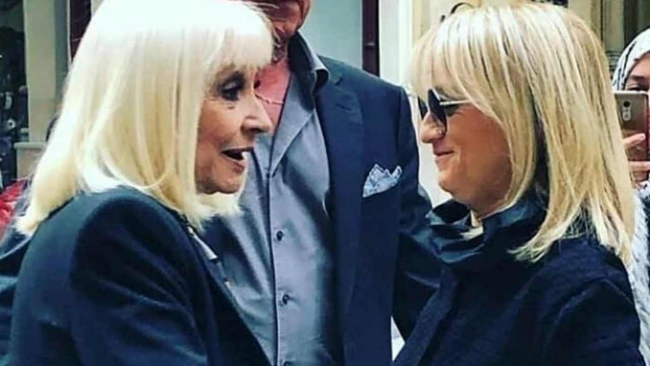 """Raffaella e Luciana Littizzetto si incontrano a Torino per registrare il programma """"A raccontare comincia tu"""" (foto Rai)."""