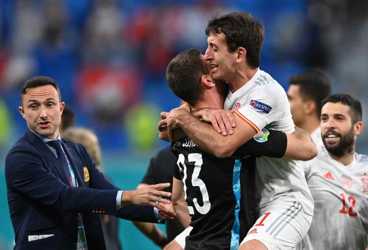Euro 2020, Svizzera-Spagna: l'attaccante Oyarzabal si abbraccia con il portiere Unai Simon dopo aver vinto ai calci di rigore. San Pietroburgo, 2 luglio 2021 (foto di Kirill Kudryavstev - Pool/Getty Images).