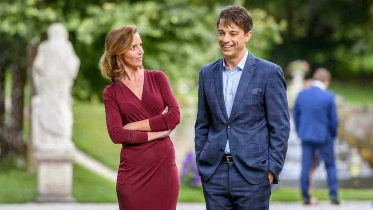 Robert Saalfeld e Cornelia discutono fuori dal Furstenhof (foto Mediaset).