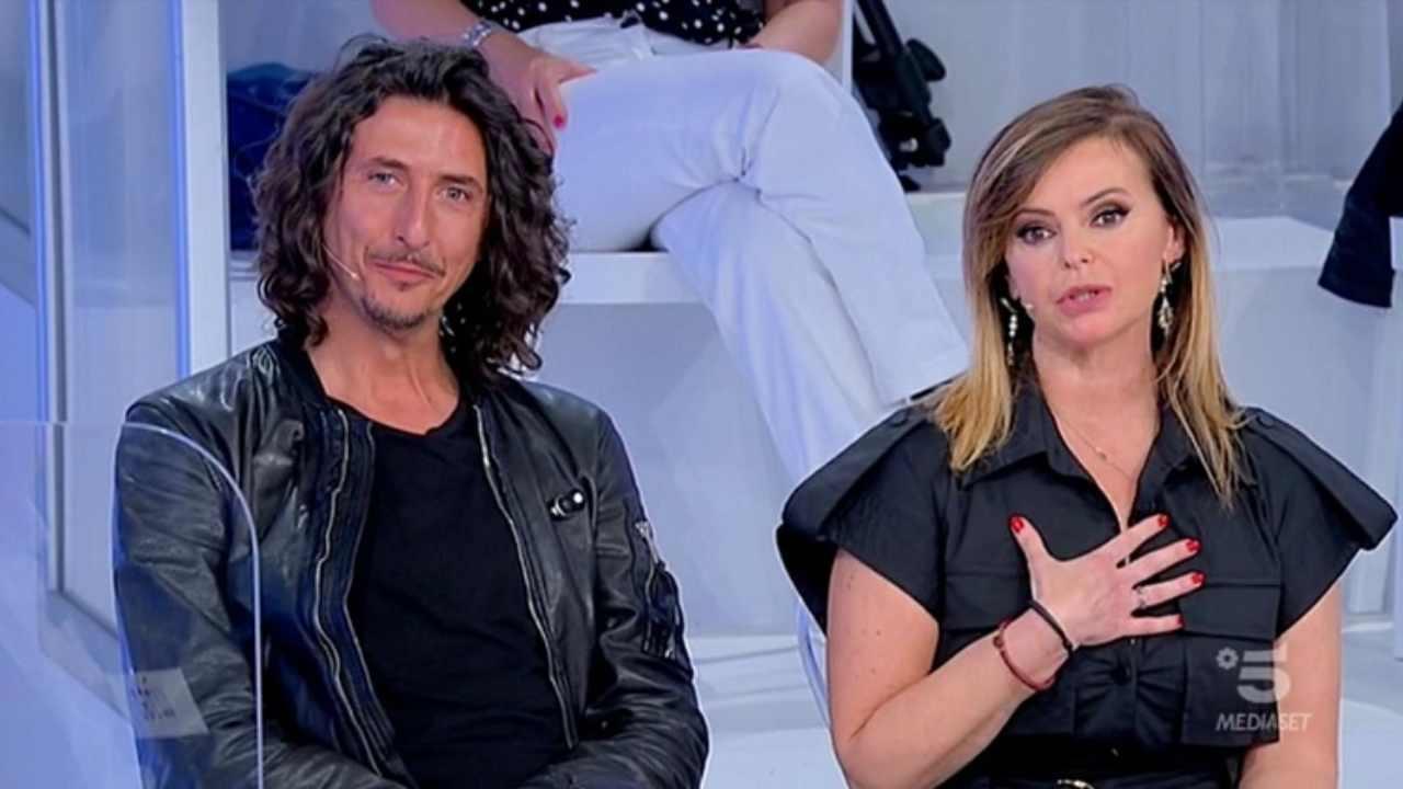 Lo studio di Uomini e Donne: il cavaliere Alessandro Bizziato del Trono Over e la sua dama Stefania Montù (foto Mediaset).