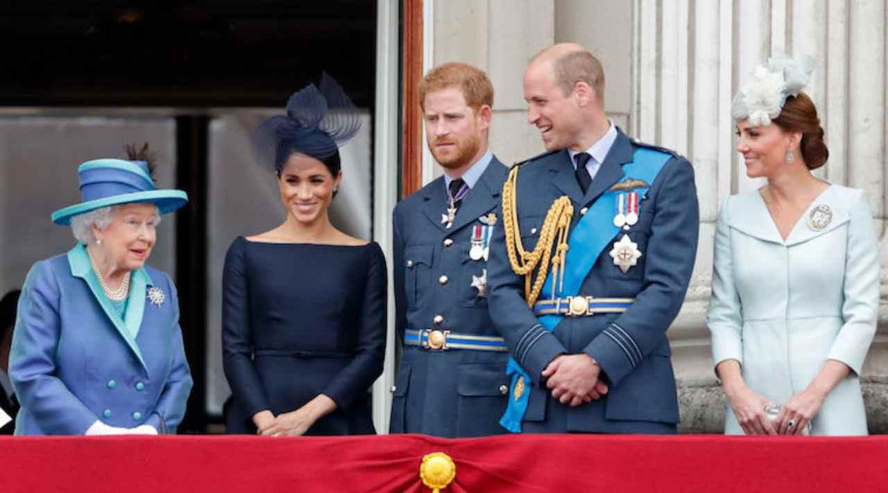 La Royal Family inglese si affaccia al balcone di Buckingham Palace: la regina Elisabetta II, Meghan Markle, Harry e William Windsor, Kate Middleton (foto Getty Inmages).