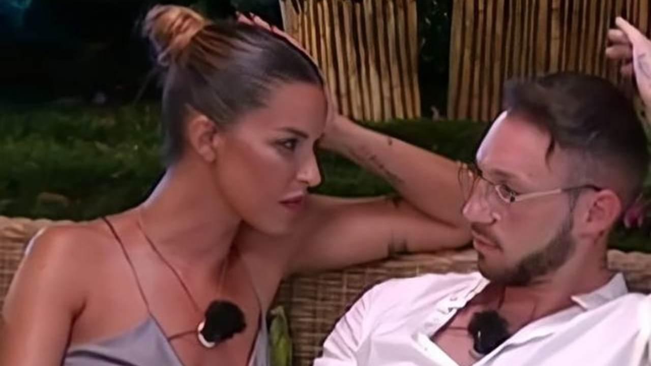 Temptation Island: la tentatrice Carlotta Adacher guarda Alessandro Autera (foto Instagram).