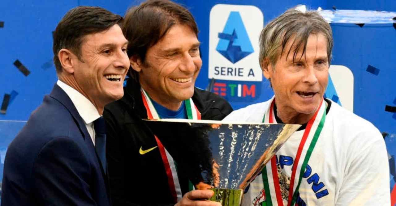 Inter, festa per il diciannovesimo scudetto: Javier Zanetti, Antonio Conte e Oriali posano davanti al trofeo (foto di R4924 Italyphotopress).