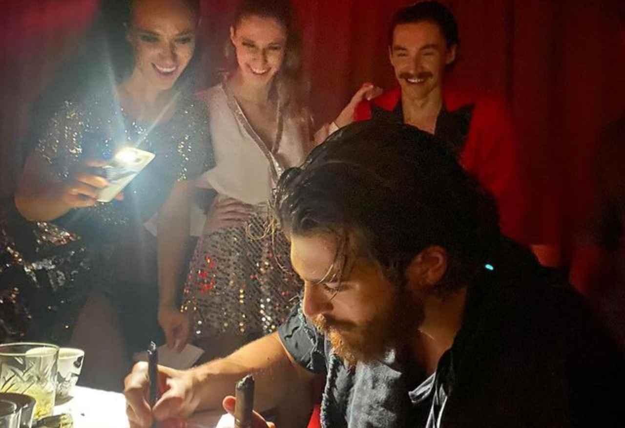 Belgrado, Serbia. Can Yaman concede l'autografo alle sue fan (foto Instagram).