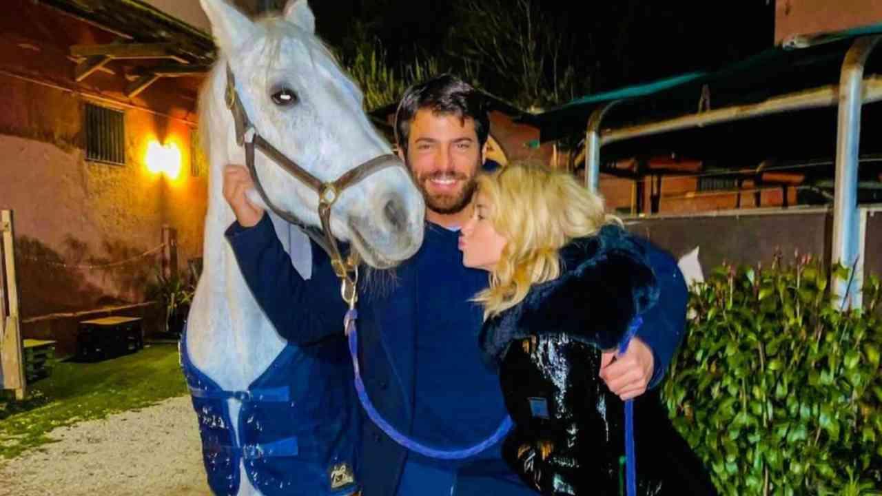 Cassius, il cavallo regalato per San Valentino: Can Yaman e Diletta Leotta (foto Instagram).