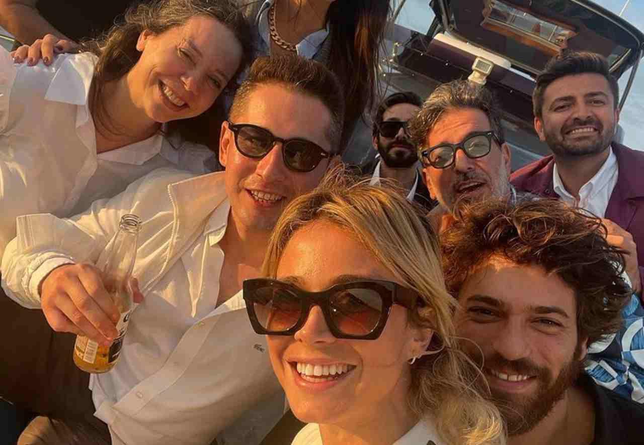 L'attore turco Can Yaman in vacanza in Turchia con la famiglia e la fidanzata Diletta Leotta (foto Instagram).