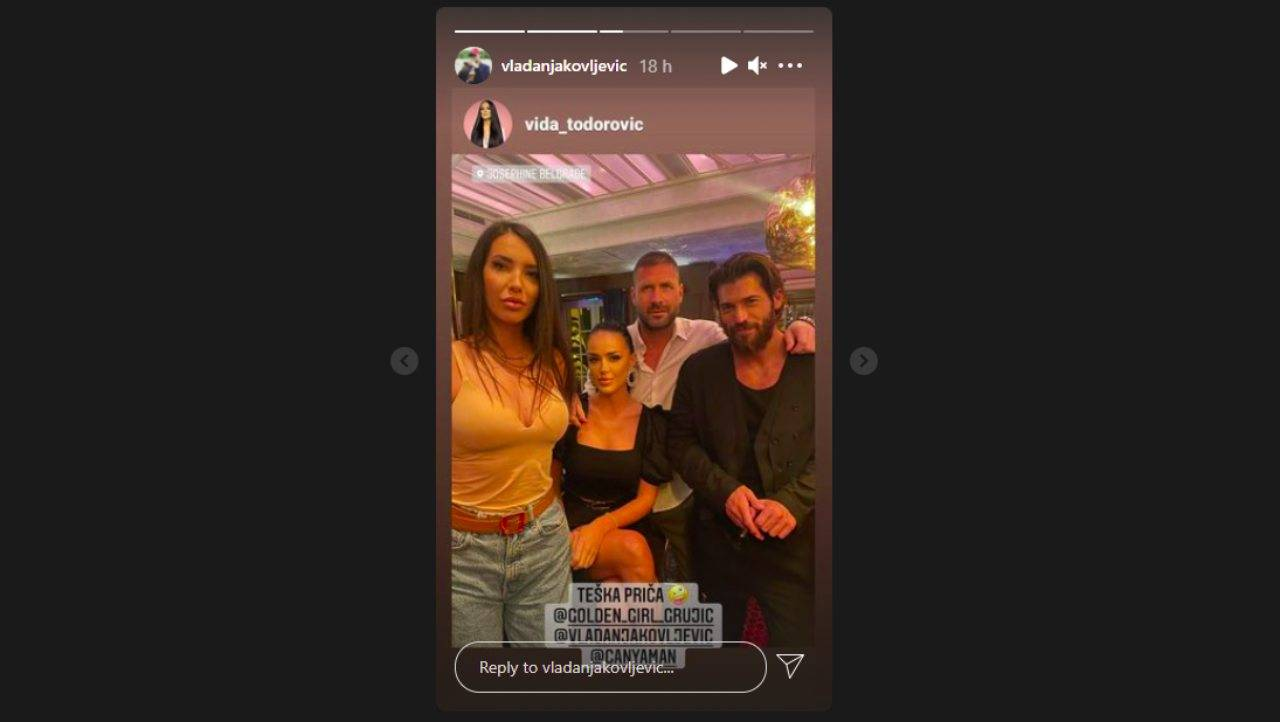 Belgrado, Serbia. Can Yaman trascorre la serata con degli amici (foto Instagram).