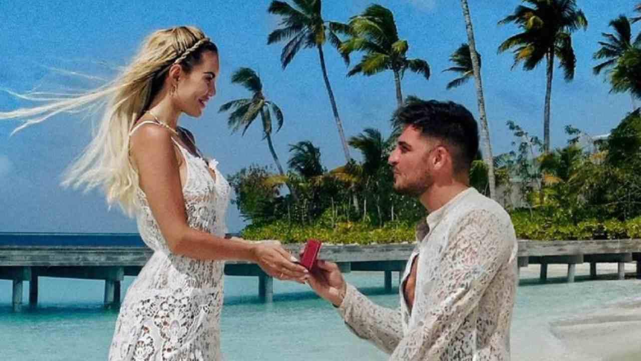 La proposta di matrimonio di Luigi Mario Favoloso a Elena Morali alle Maldive: hanno promesso di risposarsi ogni anno (foto Instagram).
