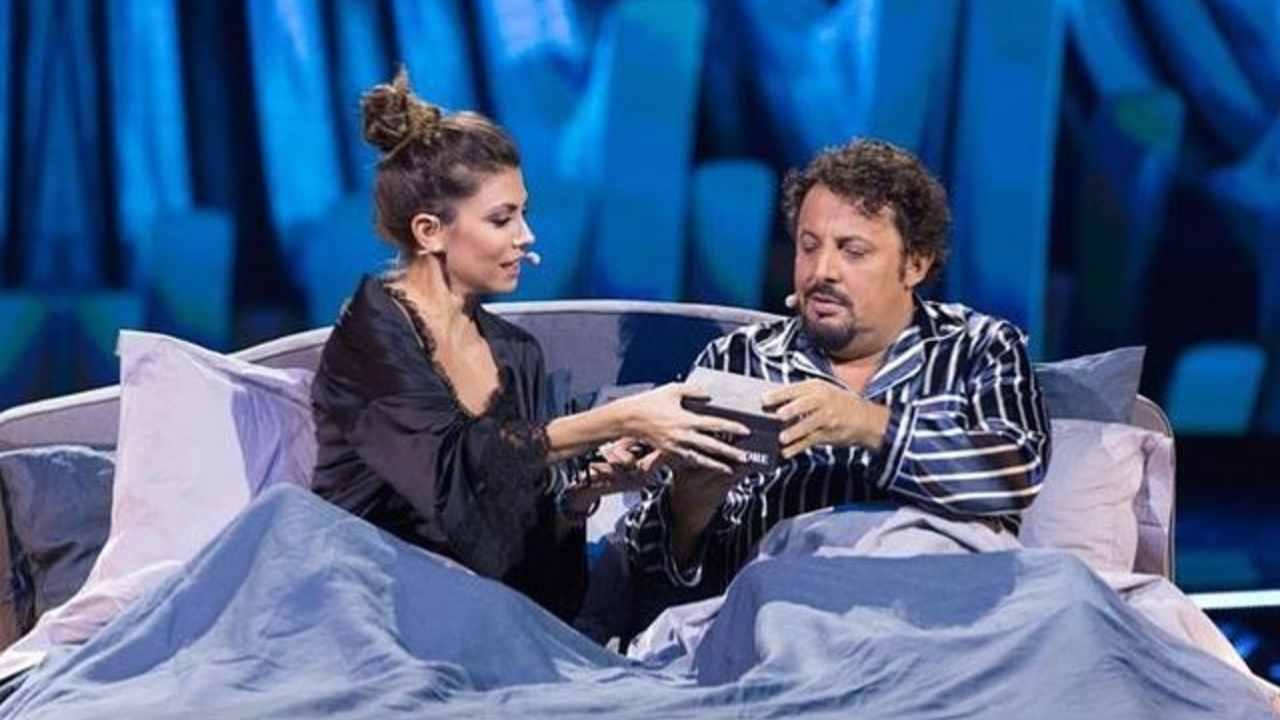 Il conduttore di Un ora sola di vorrei, Enrico Brignano, con la moglie Flora Canto (foto Instagram).