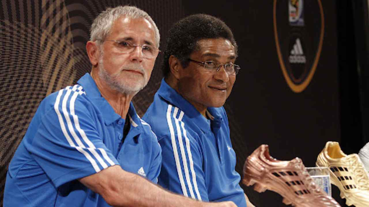 JOHANNESBURG, SOUTH AFRICA - 01 luglio 2010: Gerd Muller ed Eusebio Ferreira Da Silva parlano della competizione per aggiudicarsi la Scarpa D'Oro. (foto di Dominic Barnardt/Getty Images per Adidas).