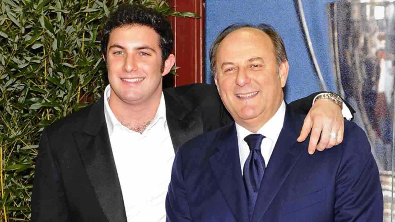 Il presentatore Gerry Scotti con il figlio (foto Mediaset).