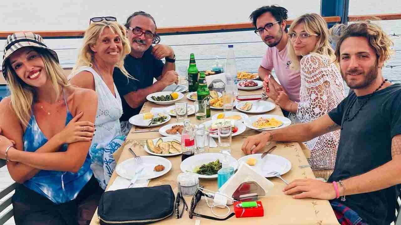 Notte di San Lorenzo in Grecia: Guenda Goria, Maria Teresa Ruta, Mirko Gancitano e tutta la famiglia riuniti (fonte: Instagram).