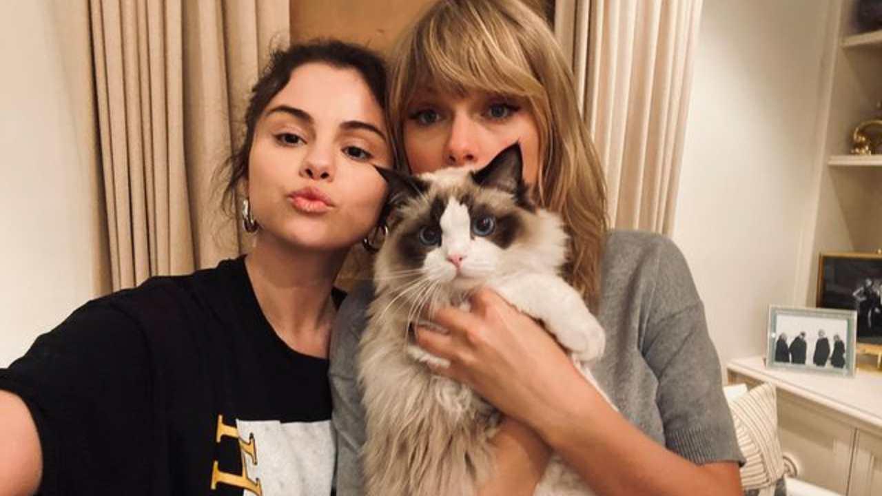 Amiche: le cantanti Selena Gomez e Taylor Swift (foto Instagram).