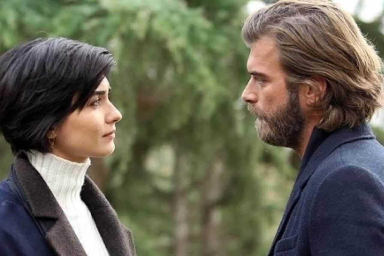 Cesur e Suhan, i protagonisti di Brave and beautiful (foto Mediaset).