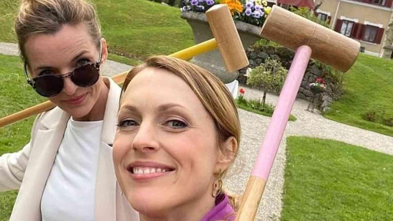 Tempesta D'Amore: Rosalie e Lia Holle si divertono a sul campo della partita di polo (foto Mediaset).