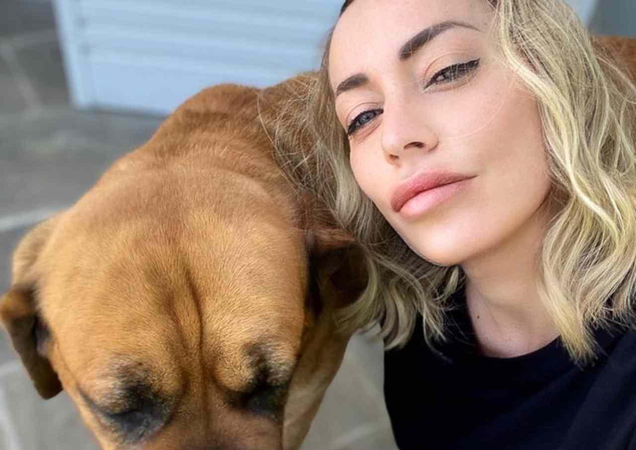 L'influencer Karina Cascella con il cucciolo Tabac (foto Instagram).