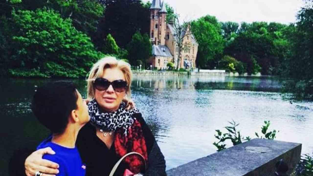 L'opnionista di Uomini e Donne, Tina Cipollari, in vacanza a Bruges con il figlio Mattias (foto Instagram).