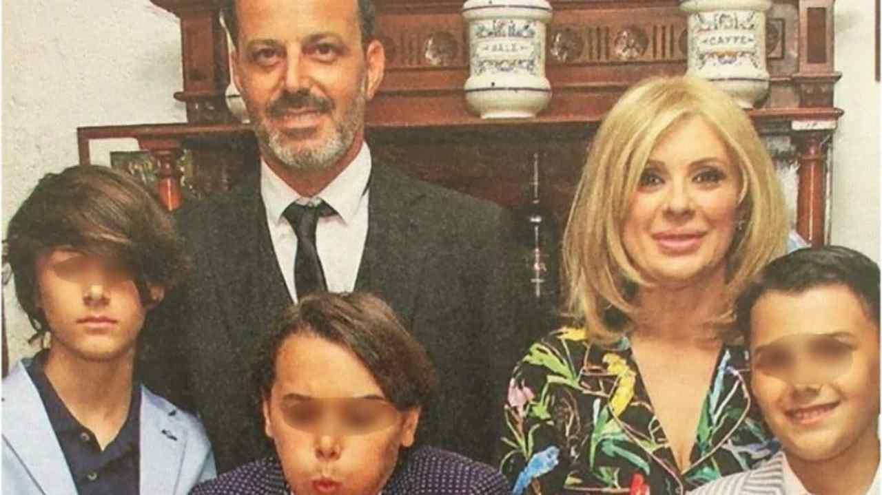 Foto di famiglia: Tina Cipollari con l'ex marito Kikò Nalli ed i loro figli (foto Instagram).