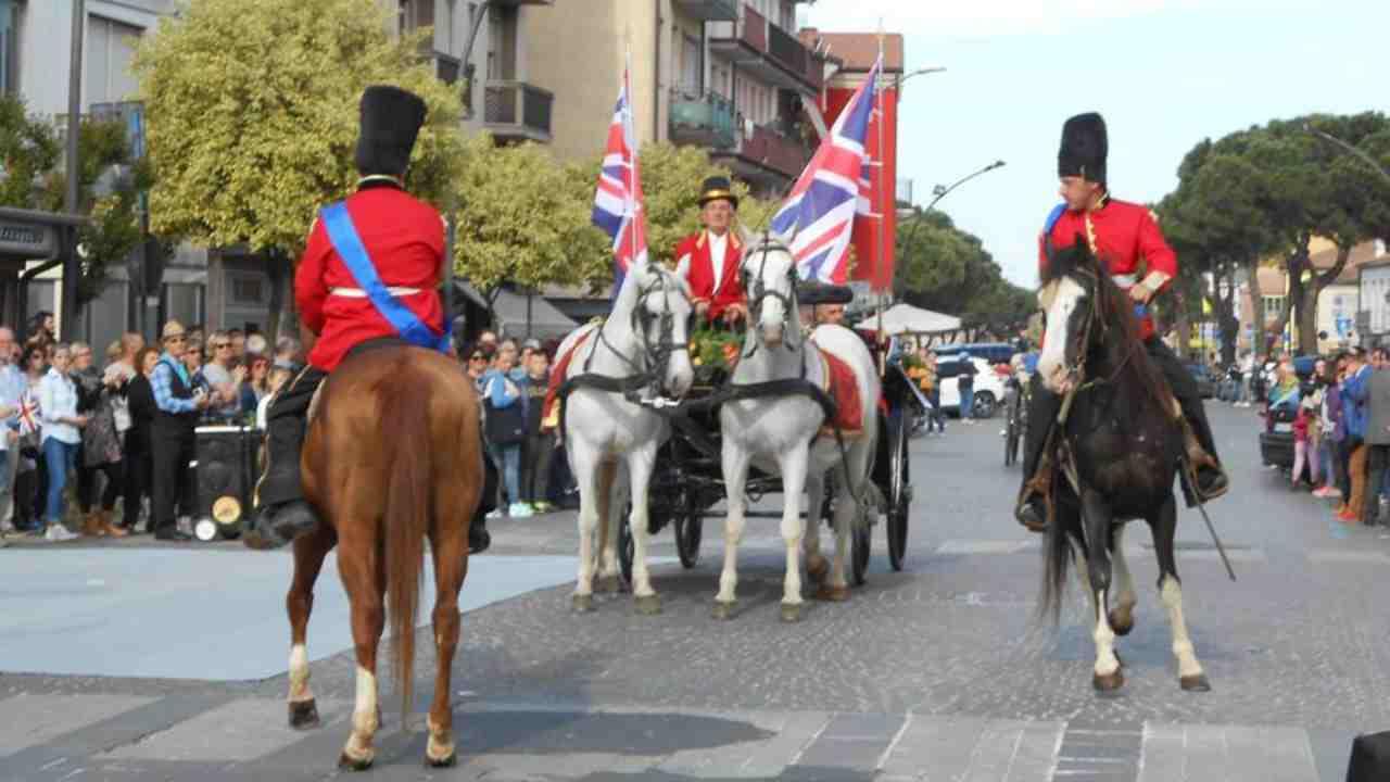La prima sfilata di Solidea Paggioro ad Andria nei panni della regina Elisabetta (fonte: andria.italiani.it).