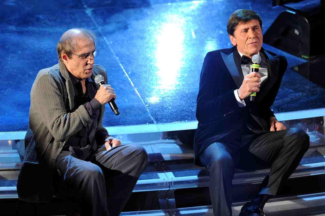 Gianni Morandi e Adriano Celentano duettano all'apertura del Festival di Sanremo 2012 (foto di Daniele Venturelli/Getty Images).