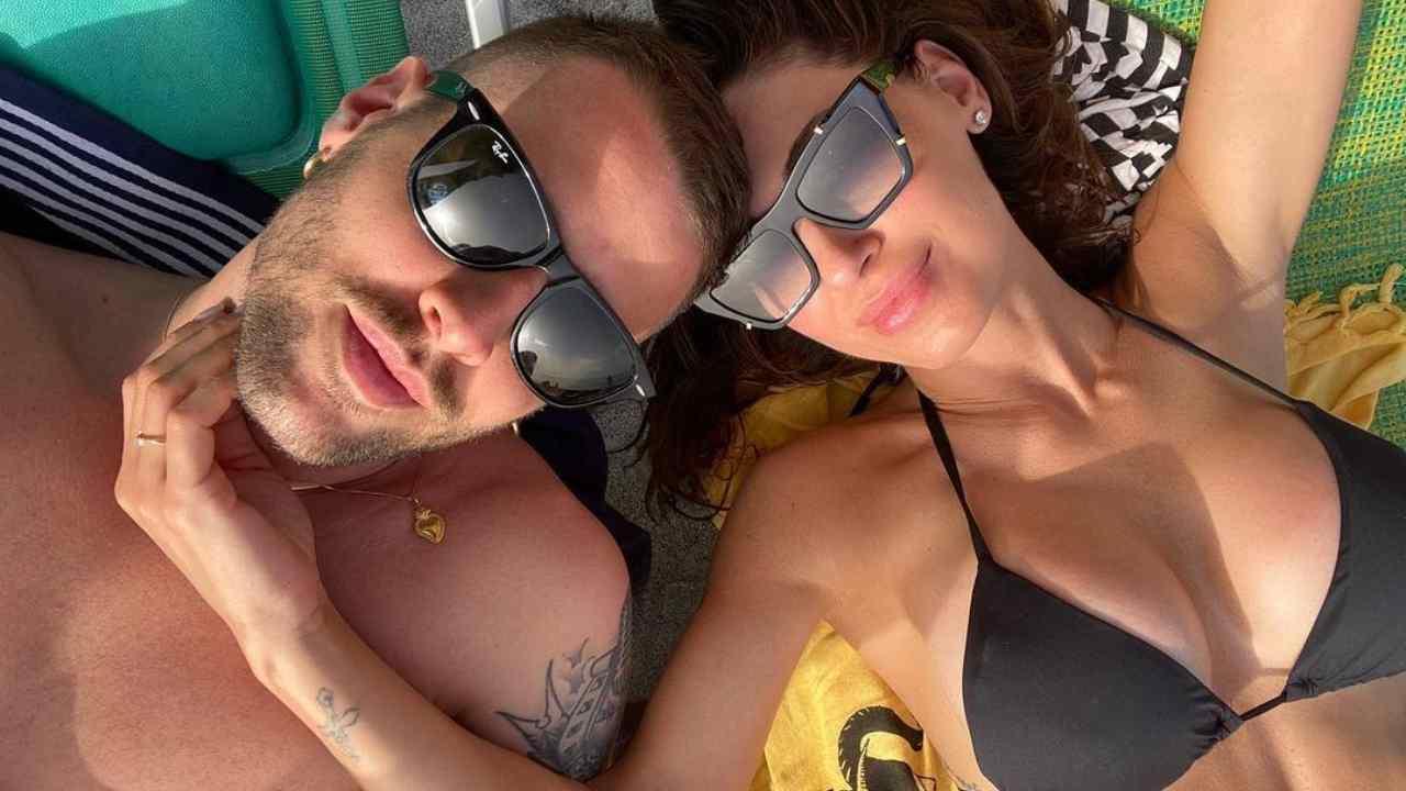 Livio Cori e Anna Tatangelo in vacanza insieme: dopo alcuni mesi di frequentazione, sono usciti allo scoperto (foto Instagram).