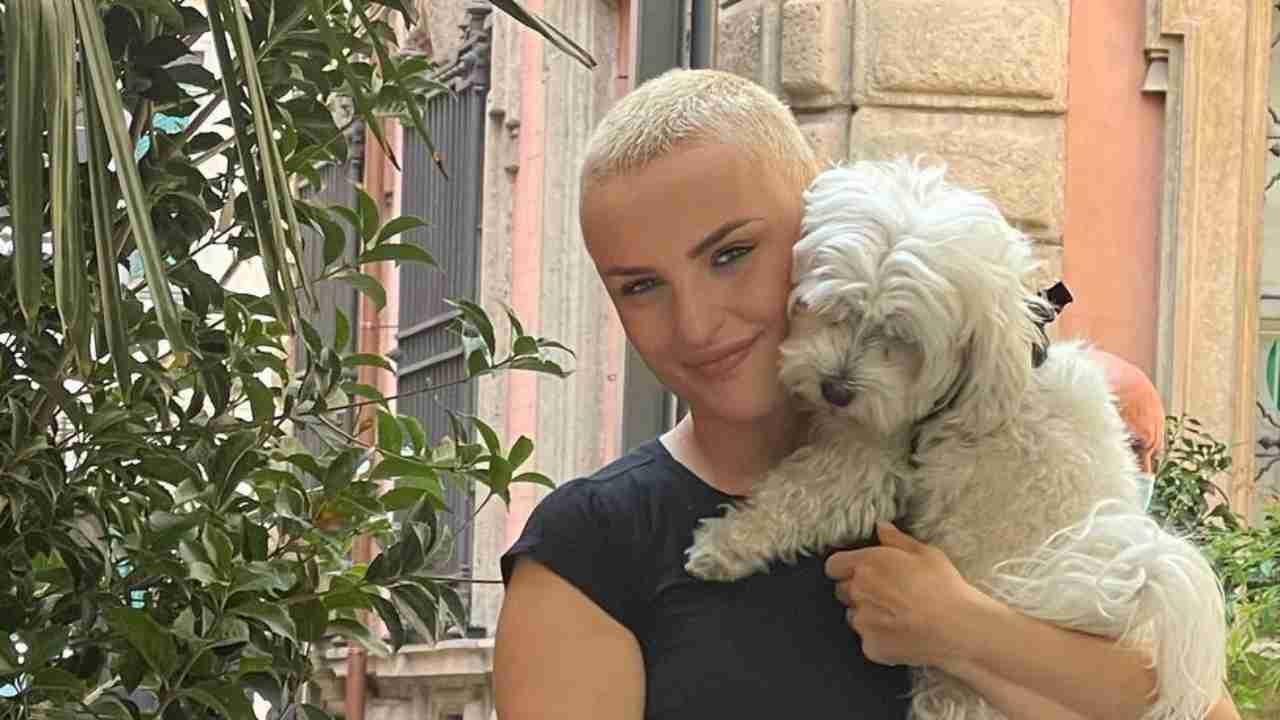 La cantante Arisa con il suo cagnolino (foto Instagram).