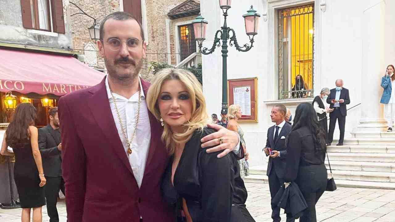 """Costantino Della Gherardesca spiega così il suo ritorno a Sky: """"Finalmente mi ricongiungo con il mio unico e vero amore, la divina Paola Ferrari"""" (fonte: Instagram)."""