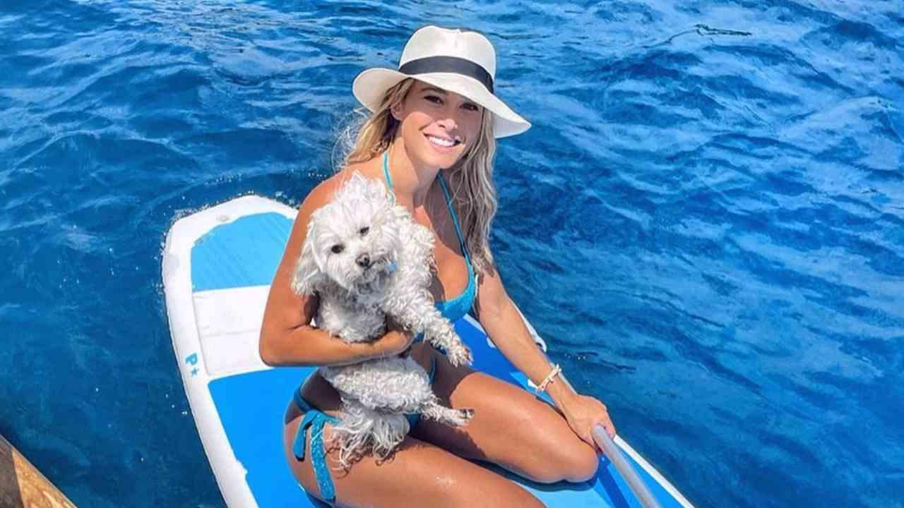 Vacanze in Sardegna: Diletta Leotta con il suo cane Brando (foto Instagram).