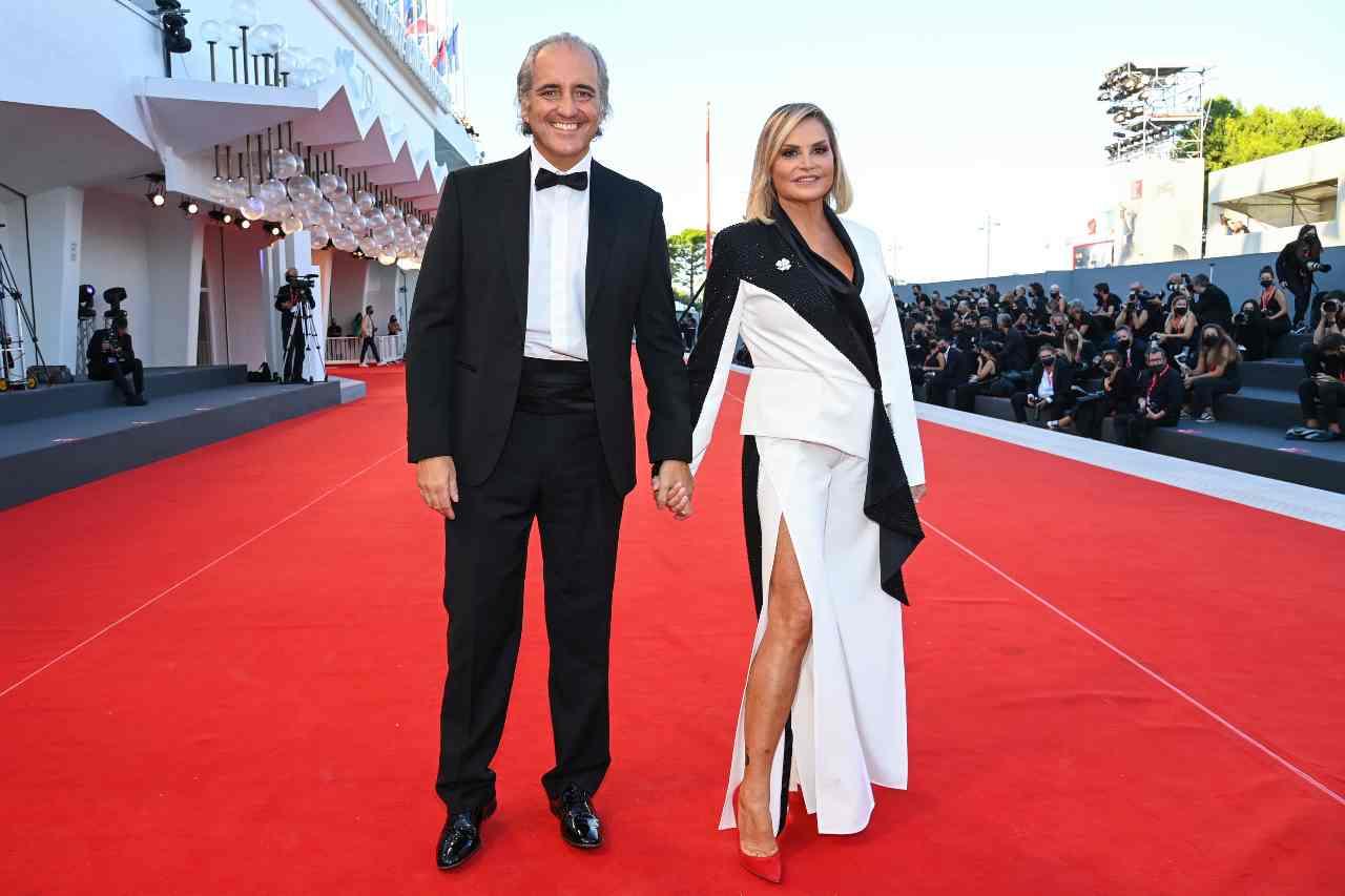 Festival del cinema di Venezia 2021: Simona Ventura e Giovanni Terzi sul red carpet (foto di Pascal Le Segretain/Getty Images).