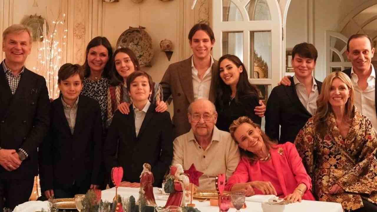 Presentazioni in famiglia: Giulia De Lellis posa per una foto insieme al fidanzato Carlo Gussalli Beretta ed alla sua famiglia (foto Instagram).
