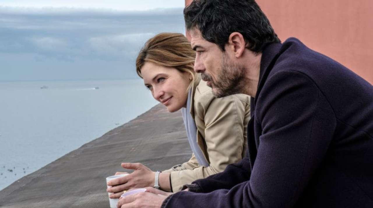 Alessandro Gassman e Carolina Crescentini in una puntata dei I bastardi di Pizzofalcone (foto Rai).