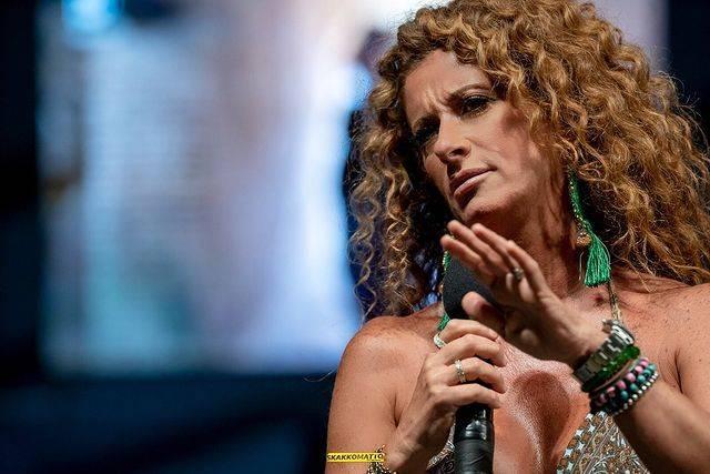 La cabarettista Valentina Persia in una serata dal vivo in Puglia (foto Instagram).