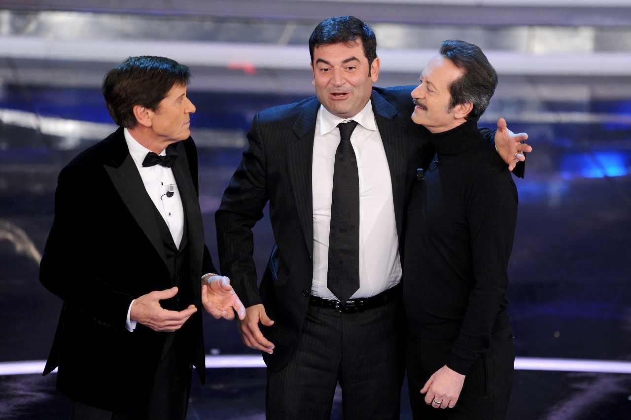 Festival di Sanremo, anno 2012: Gianni Morandi, Max Giusti e Rocco Papaleo sul palco (foto di Daniele Venturelli/Getty Images).