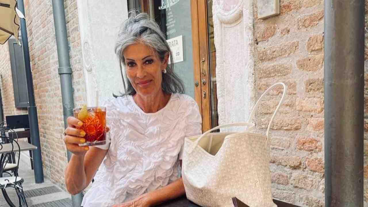 Brindisi estivo: la dama di Uomini e Donne, Isabella Ricci, si concede una pausa (foto Instagram).