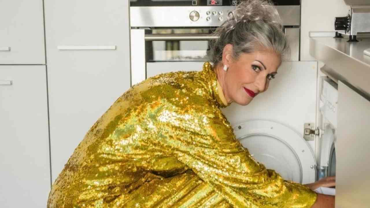 """Appuntamento con il """"trash chic"""": così Isabella Ricci, la dama di Uomini e Donne, descrive la foto dove carica la lavatrice in abito da sera (fonte: Instagram)."""