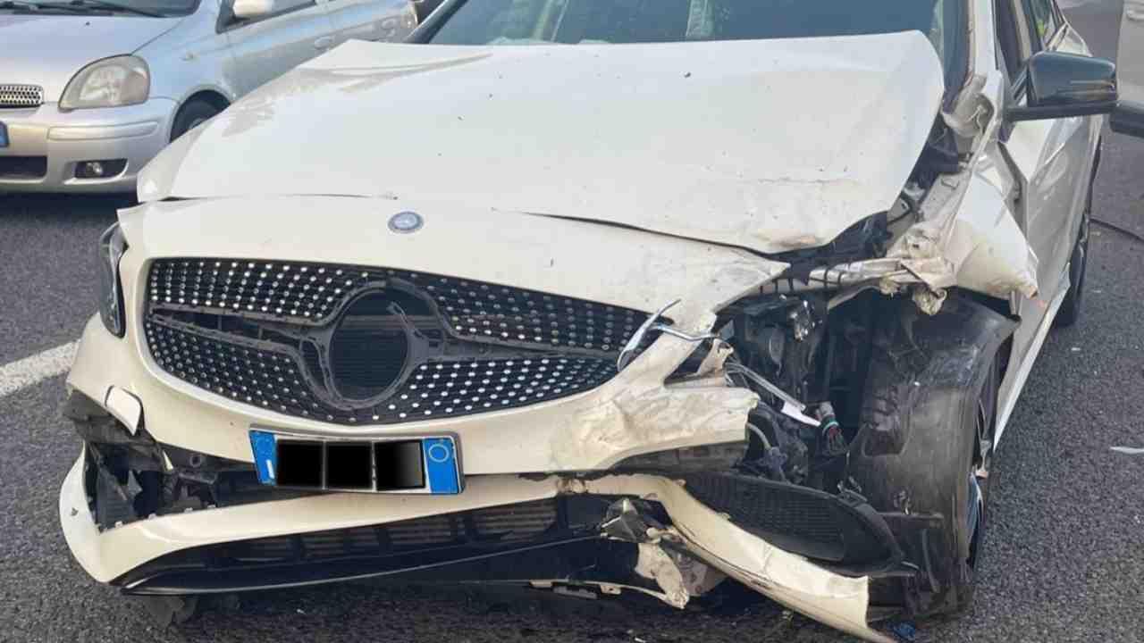 Lo stato in cui si è ridotta l'auto dello YouTuber Vale Bise dopo l'incidente (foto Instagram).