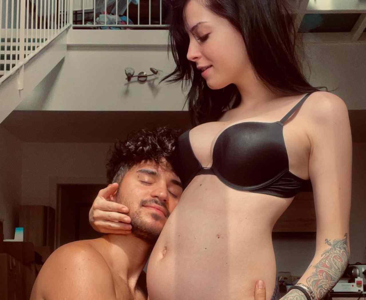 Lo YouTuber Vale Bise, del duo Matt Bise, e Sara Di Sturco mostrano l'avanzamento della gravidanza (foto Instagram).