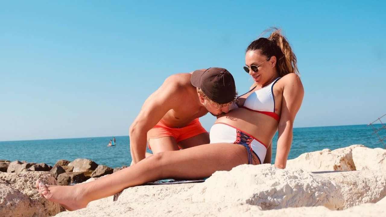 Ad ottobre Valentina Pivati è entrata nell'ottavo mese di gravidanza. Nella foto il fidanzato Andrea Concato le bacia il pancione (foto Instagram).