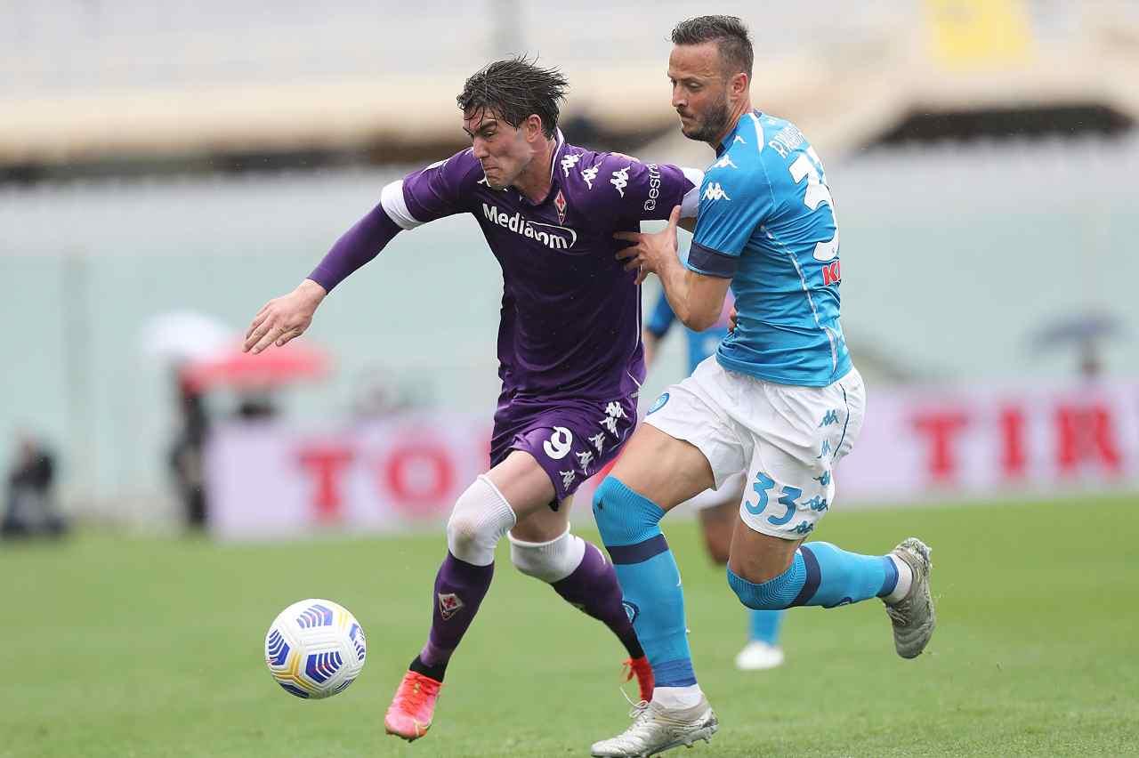 Marcatura stretta: Amir Rrahmani non si lascia scappare Dusan Vlahovic. Serie A, Fiorentina-Napoli, 3 ottobre 2021 (foto di Gabriele Maltinti/Getty Images).