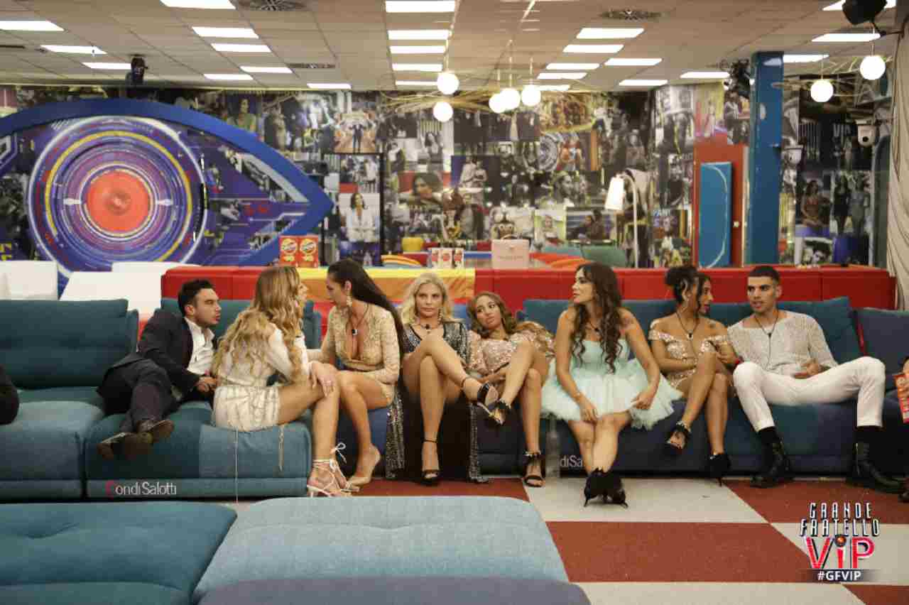 Quinta puntata del GF Vip 6: i concorrenti siedono sul divano (foto Mediaset).