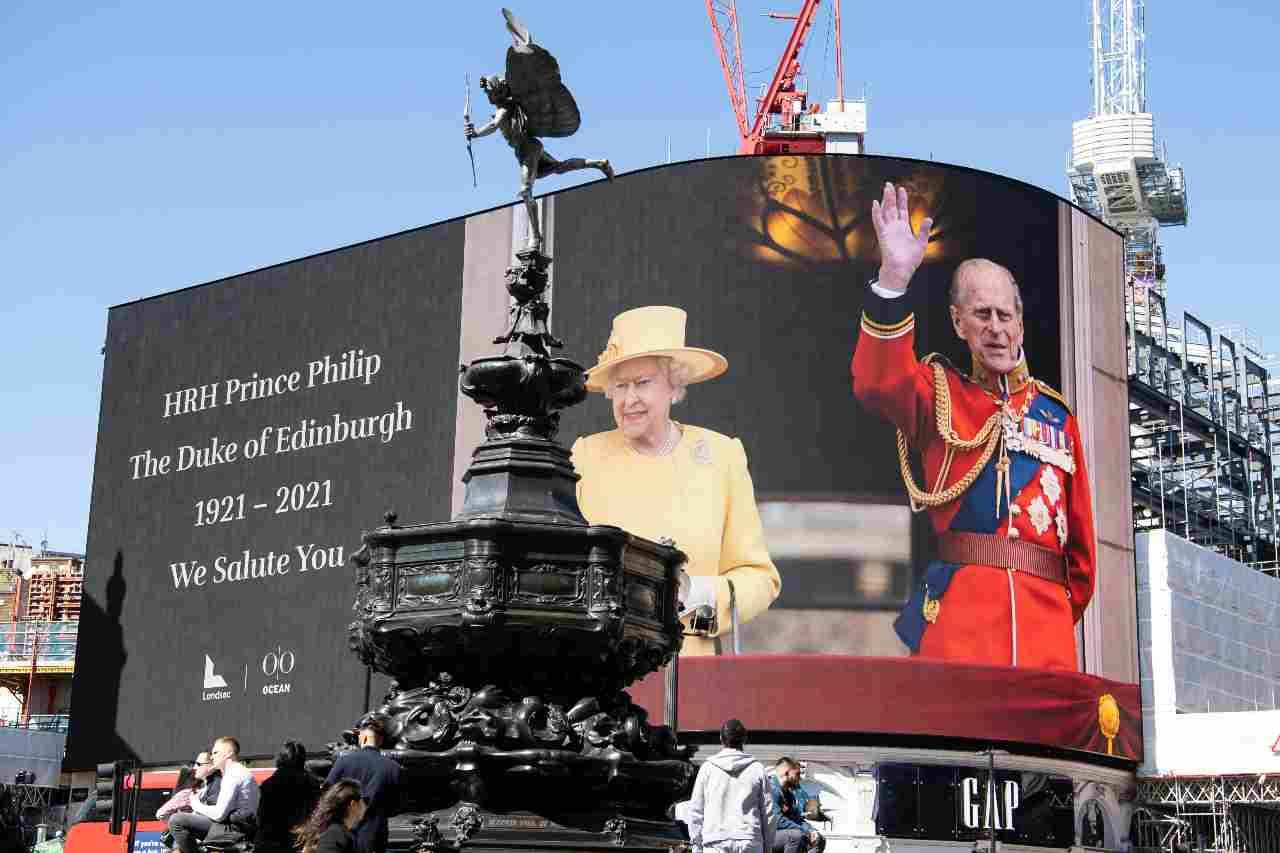 Londra, Piccadilly Circus: subito dopo la morte del principe Filippo, la regina Elisabetta II ha chiesto di trasmettere alcune immagini commemorative (foto di Jeff Spicer/Getty Images).