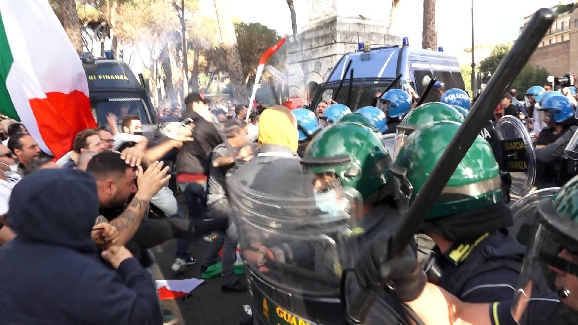 scontri polizia no green pass